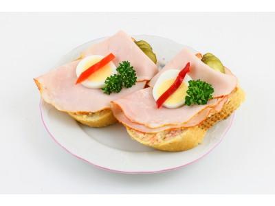 Obložený chlebíček s debrecínkou