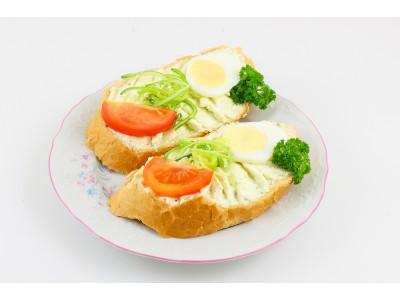 Obložený chlebíček s nivovou pomazánkou